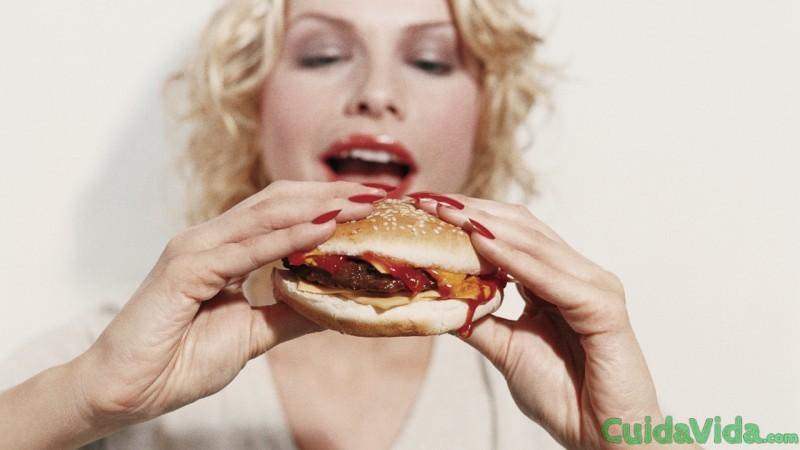 comida-fast-food-alta-grasa-saturada-hamburguesa-mujer