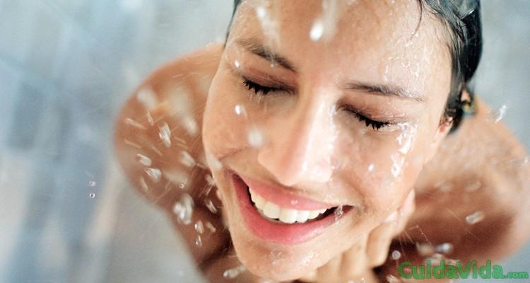¿Es mejor ducharse por la noche o por la mañana?